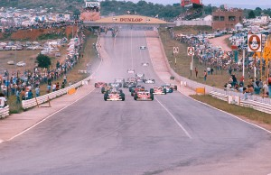1977 South African Grand Prix. Kyalami, South Africa. 3-5 March 1977. James Hunt (McLaren M23 Ford) and Niki Lauda (Ferrari 312T2) lead the field down to Turn 1 at the start. Ref-77 SA 12. World Copyright - LAT Photographic
