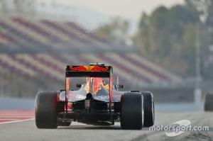 f1-barcelona-february-testing-2016-daniil-kvyat-red-bull-racing-rb12