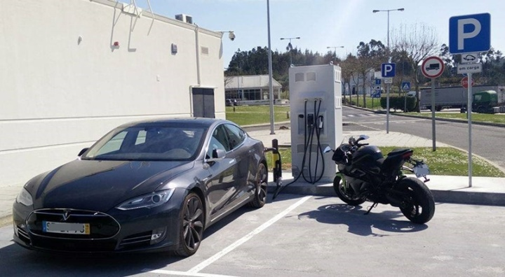 Energica-Tesla-mota-e-carro-podem-carregar-nestes-PCR